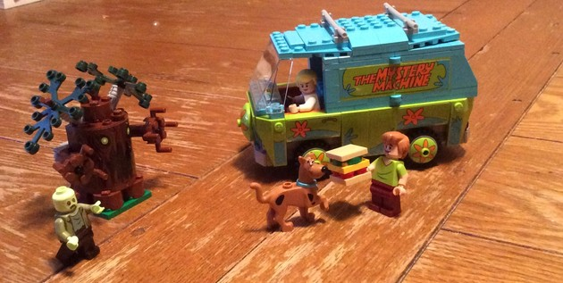Mystery Machine and minifigures